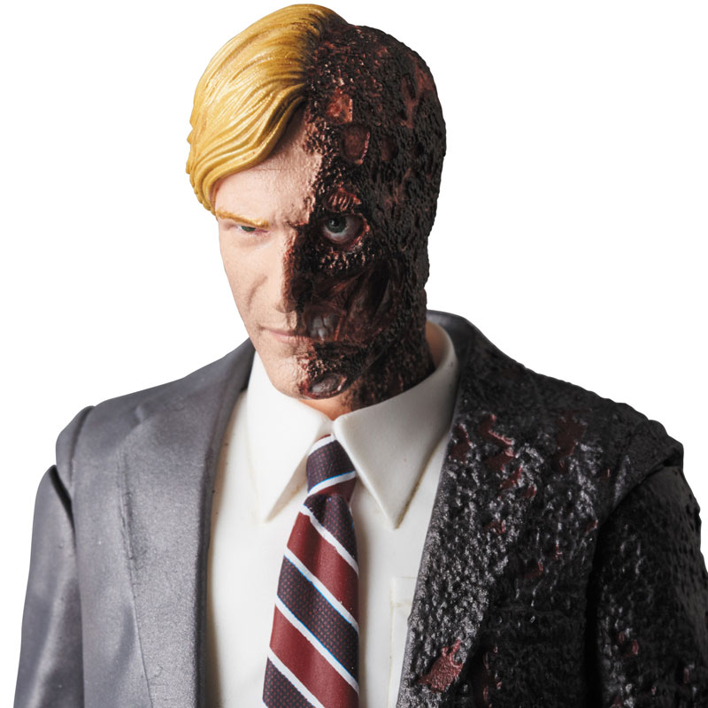 MAFEX-Harvey-Dent-006-1