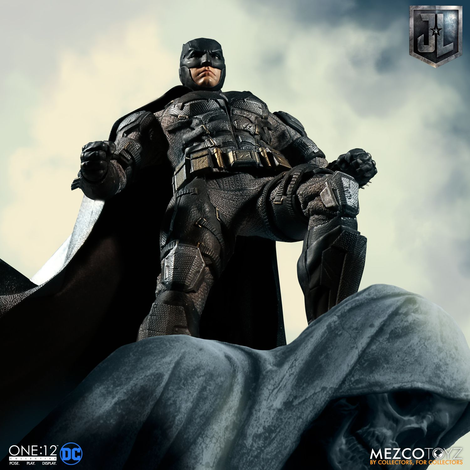 Mezco-Tactical-Suit-Batman-003
