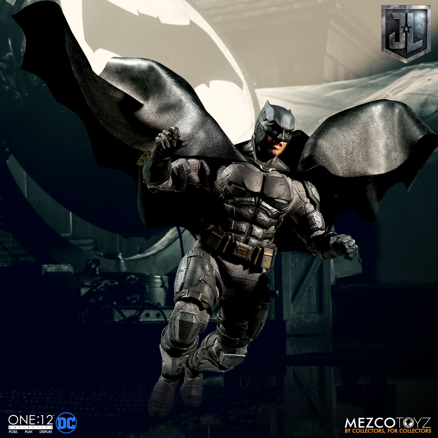 Mezco-Tactical-Suit-Batman-004