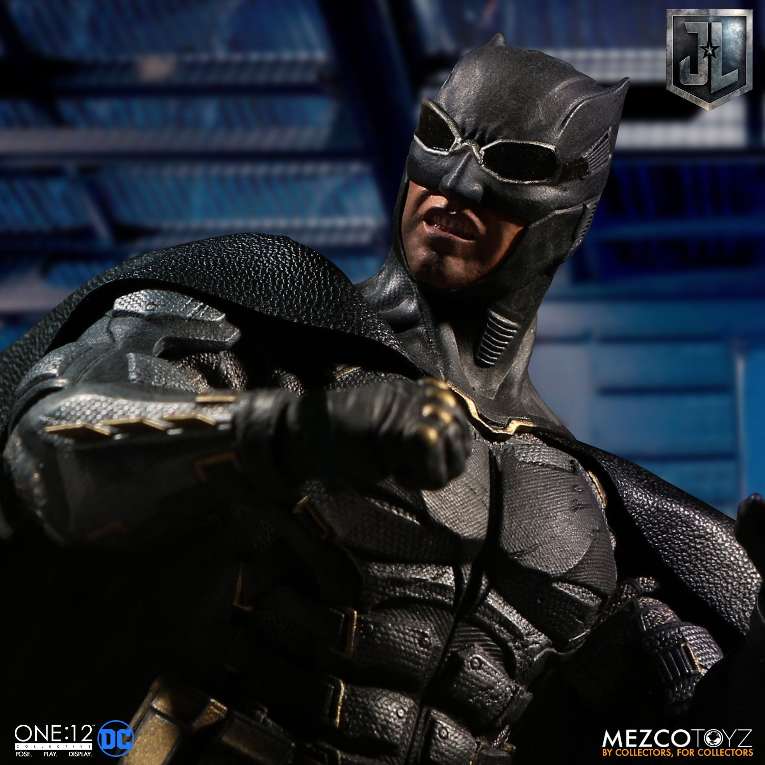 Mezco-Tactical-Suit-Batman-010