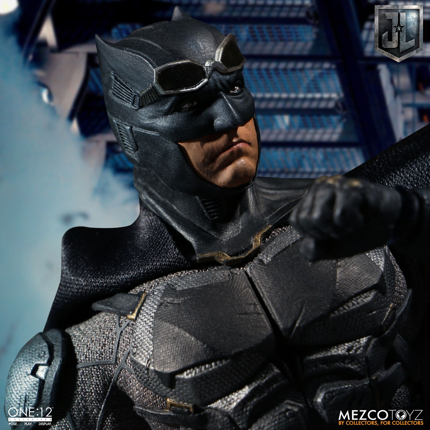 Mezco-Tactical-Suit-Batman-011