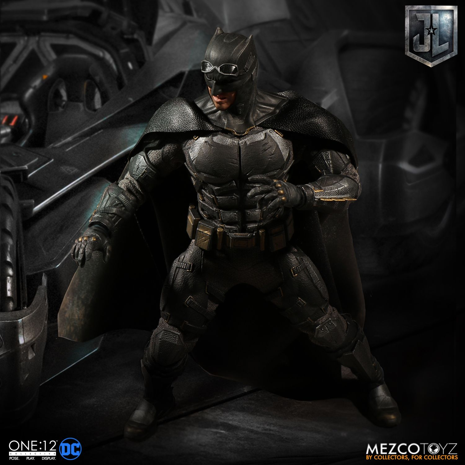 Mezco-Tactical-Suit-Batman-013