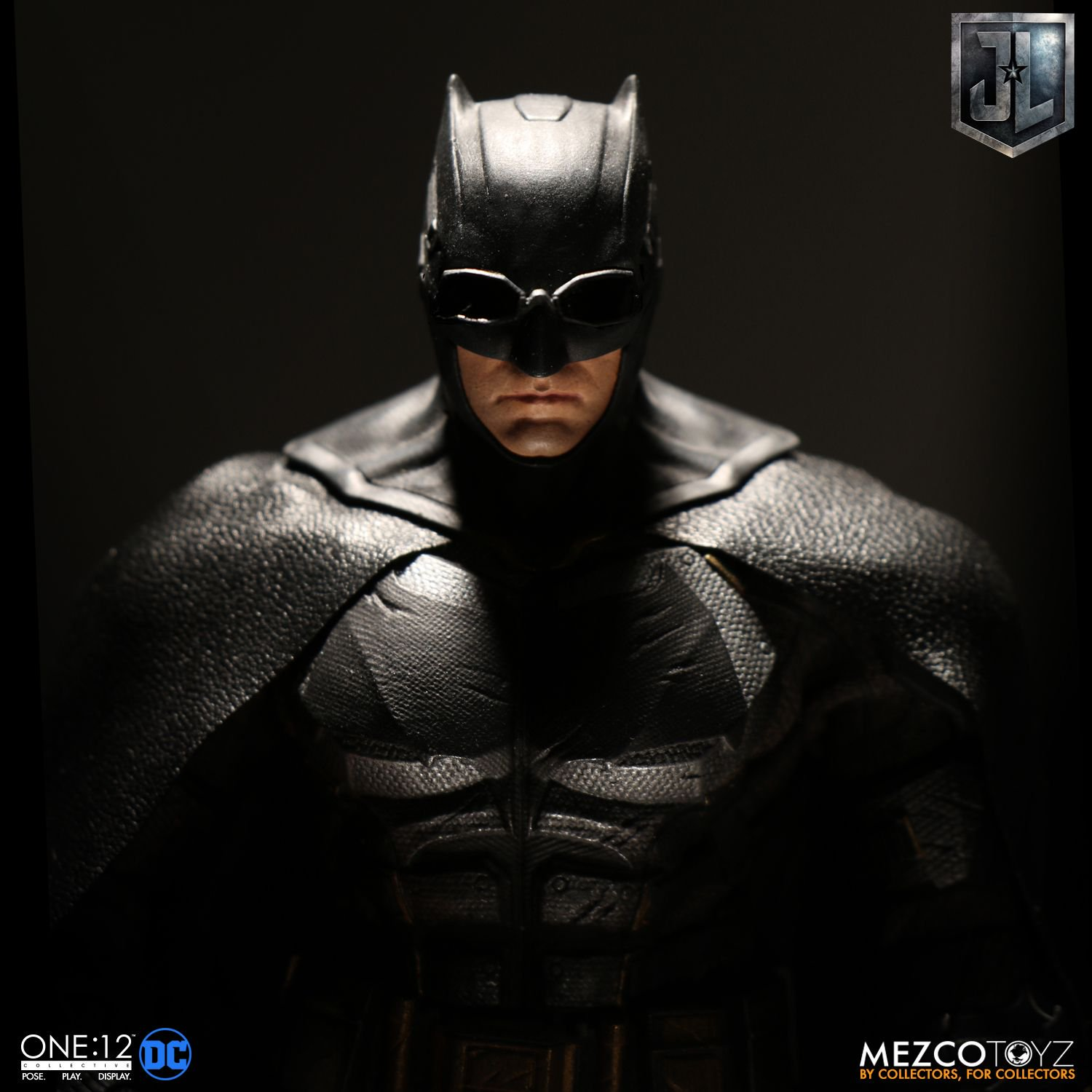 Mezco-Tactical-Suit-Batman-014