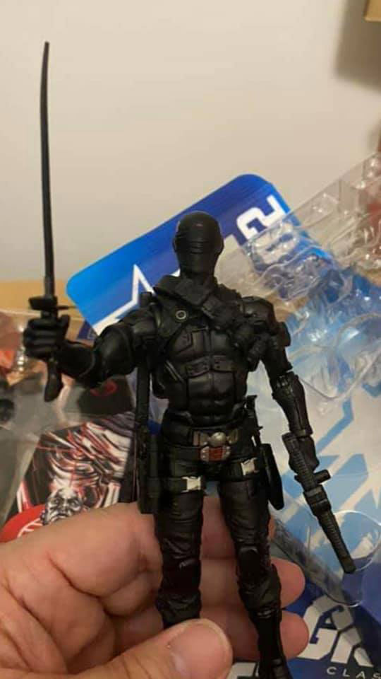 gi-joe-classified-snake-eyes-regular-retail-all-black-action-figure-in-hand-1